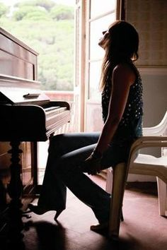 Cat Power and her piano Music Down, New Music, Music Mix, Chan Marshall, Piano Girl, Cat Jokes, Upright Piano, Piano Player, Vogue