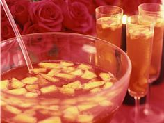 Ponche de champán. Champagne punch: Unsweetened pineapple, ginger, orange liquor, coñac, triple sec