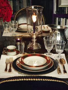 Guest contributor Lynda Quintero-Davids has put together her top tips for being a gracious hostess and making your guests feel welcome in your home for a dinner party. Gracious Entertaining | Tabletop Decor | Place settings | Tablescapes | Hadley Court Interior Design blog