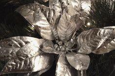 Искусственная пуансетия - прекрасный цветок для оформления новогодних событий! Она красивая и создает хороший объем при создании праздничного декора.  #gurudecora #julydecor #newyeardecor #decor #decoration #floristic #гурудекора #юлиндекор #новогоднееоформление #новогодняяелка #елка #корпоративныеподарки #оформлениезагородногодома #рождество #елочнаягирлянда #newyearholidays #Christmas #Christmasdecor #рождественскийдекор