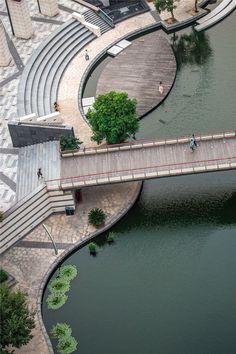 Реконструкция набережной от Botao Landscape. Комплексная реконструкция набережной города Zhangjiagang в Китае проводилась на коммерческой основе и была призвана не только улучшить состояние реки и уменьшить экологические проблемы, но и организовать пространство вокруг, обеспечив тем самым благоприятную атмосферу для туристов и жителей города.