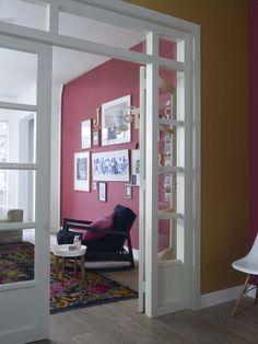 Spelen met kleurcombinaties geeft verrassend mooie effecten, zoals in deze woonkamer. Kleurgebruik: Real Rose en Full Brown. Pure by Flexa Colour Lab® is een speciaal door onze kleurspecialisten ontworpen verflijn van de hoogste kwaliteit, met een bijzonder palet van prachtige tijdloze kleuren die alle zintuigen strelen.
