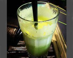 ramita de apio, un trozo de pepino, un puñadito de espinacas, manzana verde, limón y jengibre.