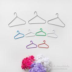 Aprende cómo puedes hacer pequeñas perchitas con clips para papel! Ideales para la ropa de muñecas!