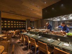 Iluminação de restaurante japonês. Simples assim luz e madeira esse foi o partido do projeto. O restaurante Roka Aldwych fica em Londres, interior de Claudio Silvestrin. Luminotécnia do escritório Into Lighting.