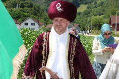 """Bosna Hersek'te """"Fetih Şenlikleri"""" Düzenlendi Fatih Sultan Mehmet'in, 1463 yılında Bosna Hersek'i fethi sırasında, batıda ulaştığı en uç nokta olan Sanski Most şehrinde askerlerine cuma namazı kıldırdığı """"Musalla""""da geleneksel fetih şenlikleri düzenlendi. Bosna Hersek İslam Birliği tarafından düzenlenen şenlikler kapsamında, başlarına fes giyen, ellerinde Osmanlı Devleti'ni temsil eden yeşil zemin üzerinde ay-yıldız bulunan bayraklar taşıyan Sanski Most sakinleri ve diğer katılımcılar, şehir…"""