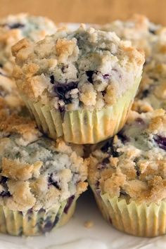 To Die For Blueberry Muffins. Made 18 mini muffins Baked 17 min Just Desserts, Delicious Desserts, Yummy Food, Breakfast Items, Breakfast Recipes, Brunch Recipes, Crumb Topping Recipe, Crumble Topping, Crumb Topping For Muffins