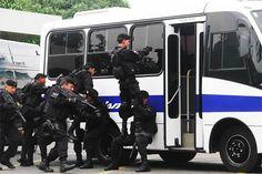 650 policías llegan a #CaliCo para reforzar seguridad en Cumbre Mundial de alcaldes afro. Las autoridades anunciaron que durante el evento se restringirá el transporte de escombros y cilindros, así como de trasteos. Detalles: http://www.elpais.com.co/elpais/judicial/noticias/650-policias-llegan-cali-reforzar-seguridad-cumbre-mandatarios-afro