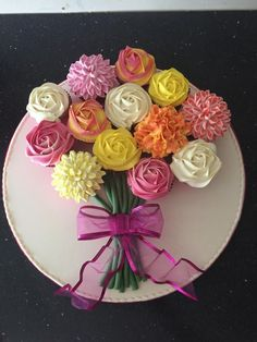 Flower bouquet cupcakes - Flower Cakes - Flower bouquet cupcakes by Donnajanecakes Informations About Flower bouquet cupcakes Pin You can ea - Flower Cupcake Cake, Cupcake Flower Bouquets, Pull Apart Cupcake Cake, Pull Apart Cake, Cupcake Cakes, Cup Cakes, Cake Decorating Techniques, Cake Decorating Tips, Salty Cake