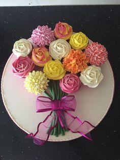 Flower bouquet cupcakes - Flower Cakes - Flower bouquet cupcakes by Donnajanecakes Informations About Flower bouquet cupcakes Pin You can ea - Flower Cupcake Cake, Cupcake Flower Bouquets, Pull Apart Cupcake Cake, Cupcake Cakes, Cupcake Piping, Pull Apart Cake, Cake Bouquet, Cake Decorating Designs, Cake Decorating Techniques