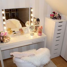 Transform an empty room into your own makeup glam room! Best images about makeup… Transform an empty room into your own makeup glam room! Best images about makeup room ideas My New Room, My Room, Sala Glam, Rangement Makeup, Vanity Room, Ikea Vanity, Diy Vanity, Vanity Shelves, Mirror Vanity