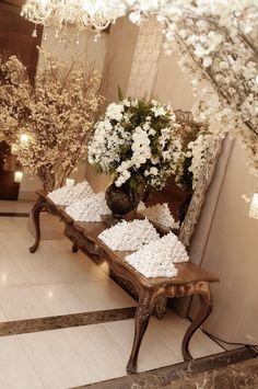 Decoração branca para mesa de bem-casados