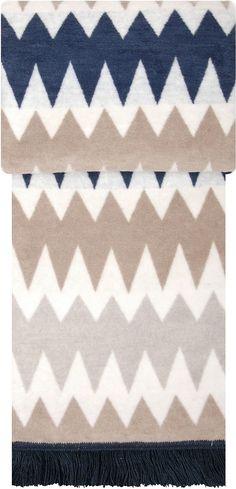 Kuschelige Wohndecke »Kartell« der Marke pad. Wunderbare Farben, schmückende Fransen und ein trendiges Zacken-Muster machen diese Decke zu einem Hingucker auf Ihrer Couch. Die kuschelig weiche Qualität aus 60% Baumwolle und 40% Polyacryl hält herrlich warm und ist damit perfekt für einen gemütlichen Abend geeignet. Kuscheln Sie sich in diese Decken-Perle ein und freuen Sie sich über Ihr neues W...