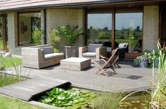Terrasse et bassin, nénuphars