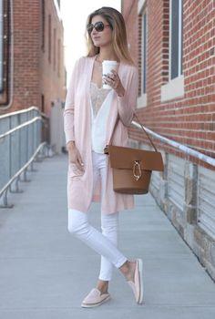 Conjunto cardigan rosa, camiseta blanca de encaje, pantalones blancos, zapatillas rosas, bolso marron y gafas marrones