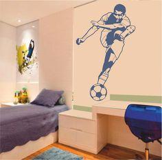 Vinilo decorativo de la silueta de un jugador de fútbol chutando un balón.