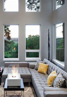 Zweistöckiger, mit Glastüren abgetrennter Wintergarten.