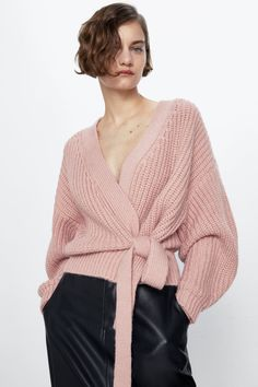 Knit cardigan with long sleeves. HEIGHT OF MODEL: 177 cm. Cardigan En Maille, Cardigan Outfits, Cropped Cardigan, Zara Australia, Zara Women, Knitting Designs, Everyday Fashion, Casual Looks, Jackets
