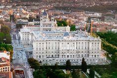 El Palacio Real de Madrid. Es conocido también como Palacio de Oriente, a pesar de estar situado en la parte más occidental de Madrid, debido a su ubicación en la Plaza de Oriente, llamada así al estar situada al este del palacio. A eje con el palacio, y enfrentado, se encuentra al otro extremo de la plaza el Teatro Real.