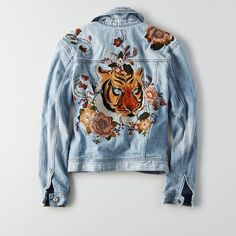 AE Classic Denim Tiger Jacket (4.280 UYU) ❤ liked on Polyvore featuring outerwear, jackets, floral print denim jacket, floral jacket, american eagle outfitters, blue jackets and long sleeve jacket