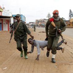 Soldati congolesi arrestano un manifestante che protestava contro il governo a Butembo, nella provincia del Nord Kivu