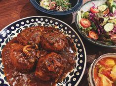 ハヤシライスのルーをアレンジして、デミグラス煮込みハンバーグに🕺🏼 アレンジは ハヤシライスのルーに水を足して、赤ワインとウスターソースと隠し味に醤油をちょろり。あとバターもだ。 しめじも入れて 煮込みマンモス。 #麻祐子飯 Beef, Ethnic Recipes, Food, Meat, Essen, Meals, Yemek, Eten, Steak