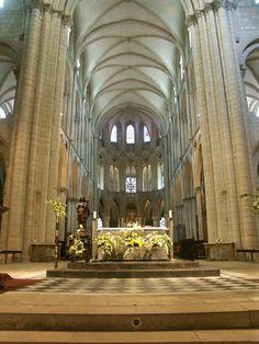 Abbaye aux Hommes - St-Etienne de Caen fondée par Guillaume le Conquérant avant la conquête de l'Angleterre, elle avait pour vocations 1° d'afficher la toute puissaznce de la dynastie normande et d'assurer le salut du duc dans l'autre monde. Miraculeusement épargnée par les bombardements de 1944, elle abrite aujourd'hui les services de la ville de Caen