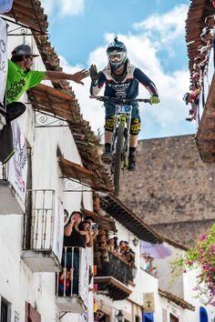 Bernard Kerr rider de Leatt en Taxco, Mexico City en la última prueba del Downhill World Tour.