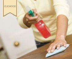 Cuidados para tu mesa de madera: Para sacar las manchas podemos usar una mezcla de dos cantidades iguales (1/4) de pasta de dientes y bicarbonato de sodio. ¡De esta manera tu mesa quedará impecable!
