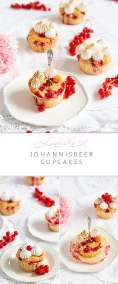 Was haben wir denn hier für kleine freche Früchtchen? Johannisbeer-Cupcakes in schönster Form. Wenn Johannisbeeren zwischen Juni und August Saison haben, dann bin ich die Erste auf dem Wochenmarkt. Ich liebe die Säure in Kombination mit der Süße vom Baiser.