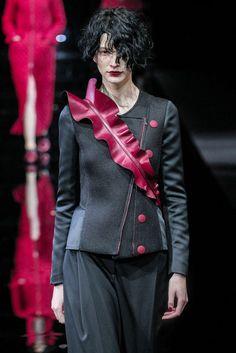 Emporio Armani Automne/Hiver 2015, Womenswear - Défilés (#21057) Emporio Armani, Giorgio Armani, Milano Fashion Week, Goth, Women Wear, Costumes, Catwalks, Winter, Hair