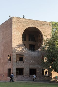 Image 5 of 46 from gallery of Louis Kahn's Indian Institute of Management in Ahmedabad Photographed by Laurian Ghinitoiu. Photograph by Laurian Ghinitoiu Shadow Architecture, Brick Architecture, Classic Architecture, Garden Architecture, Louis Kahn, Ahmedabad, Brick Art, Old Abandoned Houses, Interesting Buildings