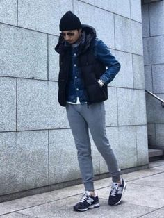 Rushed mornings require a straightforward yet laid-back and cool look, such as a navy quilted gilet and grey sweatpants. For a classier twist, why not add black suede low top sneakers to the mix? Stylish Men, Men Casual, New Balance Outfit, Mens Fashion, Fashion Outfits, Mens Clothing Styles, Jogging, Winter Fashion, Menswear