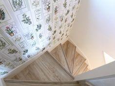 #階段#壁紙#アクセントクロス#花柄#ホワイト Stairs, Home Decor, Ladders, Homemade Home Decor, Ladder, Staircases, Interior Design, Home Interiors, Decoration Home