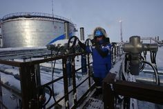 Russia Plays Wait and See on Oil Freeze after OPEC Deal