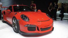 Geneven autonäyttelyssä esiteltiin tänä vuonna automaattilaatikolla varustettu Porsche 911 GT3 RS.