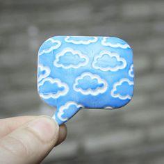 """""""Mám hlavu v oblacích"""" Brož s polymerové hmoty (vypouklá, aby hezky přiléhala k oblečení/tašce ap.), 4,7x4,5cm. další zboží s motivem nebe zde."""