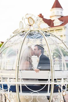 Sabia que é possível fazer seu casamento na Disney? Clique para ver os pacotes e valores! Na foto, noivos na carruagem da Cinderella.