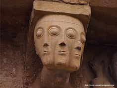 En San Martín de Artáiz (Navarra) se encuentra este canecillo con un rostro de tres caras. Imagina la inquietud del espectador que, se encuentre donde se encuentre, siempre tiene unos inquietantes ojos almendrados siguiéndole...