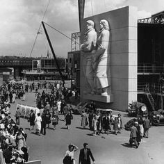 The 1951 Festival of Britain: The river walk on the South Bank. The sculpture of 'The Islanders' and part of the Skylon are visible. Candid Photography, Street Photography, Riverside Walk, Old Street, River Walk, Old London, Slums, British History, Vintage Photographs