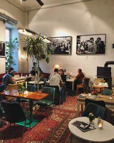 Eine der gemütlichsten Adressen der Stadt zum Kaffee Trinken, Frühstücken und Shoppen Cosy Cafe, Second Hand Shop, Vienna, Table Settings, Training, Coffee, Places, Room, Travel