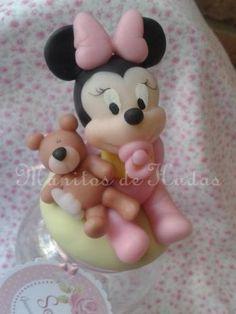 minie bebe en porcelana fria Mickey E Minie, Mickey Mouse, Baby Shawer, Mini Mouse, Fondant Tutorial, Pasta Flexible, Baby Disney, Gum Paste, Cake Toppers