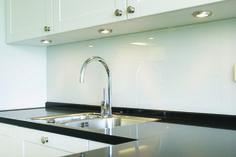 Glazen keukenachterwand gelakt in 6mm gehard glas. Geplaatst door Martens Glas Design Meer.
