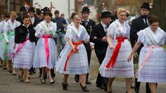 Wendische Festtracht in der sorbischen Fastnacht in Jänschwalde | Bild: picture-alliance/dpa