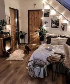 Small bedroom decor ideas space saving, include modern design, rustic ideas and more. If you want to try small bedroom decor, you can browse our website from time to time. Redecorate Bedroom, Dreamy Room, Girl Bedroom Decor, House Rooms, Room Makeover, Aesthetic Bedroom, Room Inspiration Bedroom, Cozy Room Decor, Room