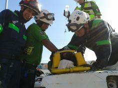 Protección Civil Escobedo durante desfile Noviembre 2013, utilizando Casco EOM, goggles ESS y Guantes Ringers Gloves. EMS Mexico  Equipando a los Profesionales