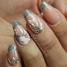 Френч для миндалевидной формы ногтей выполнен серебряными блестками с лепкой, стразами и завитками.