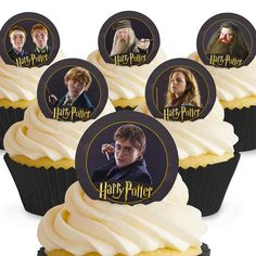 Harry Potter cake decorations and Harry Potter cupcake toppers for stunning homemade bakes. Get creative with personalised Harry Potter cake toppers, colourful candles and Harry Potter cake ribbon. Wizard of Oz cake decorations and cupcake toppers. Harry Potter Cupcakes, Harry Potter Cake Decorations, Harry Potter Cupcake Toppers, Harry Potter Kostüm, Harry Potter Birthday, Gold Birthday Cake, Happy Birthday Candles, Wafer Paper Cake, Paper Cupcake