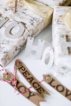 DIY gift wrapping with rustic touches Christmas And New Year, White Christmas, Christmas Time, Christmas Crafts, Christmas Ideas, Xmas Dinner, Brown Paper Packages, Christmas Wrapping, Jingle Bells