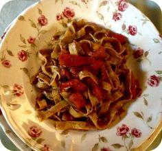 Tagliatelle ai cereali con patè d'olive e pomodoro fresco.